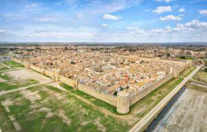 Aigues-Mortes ist eine der größten noch erhaltenen mittelalterlichen Festungsstädte.