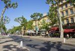 Der Cours Mirabeau ist ein Boulevard im Stadtzentrum von Aix-en-Provence. Die Straße stellt die touristische Flaniermeile der Stadt dar.
