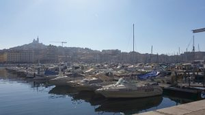 Etliche Boote liegen im alten Hafen von Marseille und sorgen so für eine traumhafte Aussicht.