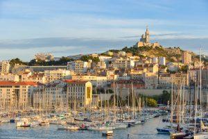 Das weithin sichtbare Wahrzeichen Marseilles, die Kirche Notre-Dame de la Garde, thront über dem alten Hafen.