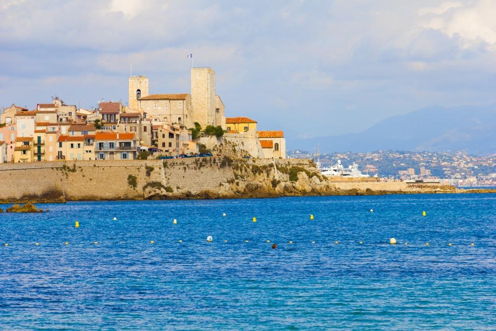 In Antibes ist es nun ebenso wie in Nizza, Cannes, Cagnes-sur-Mer und Saint-Laurent-du-Var möglich, bis Mitternacht und auch an Sonntagen einzukaufen.