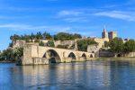 Der Pont Saint-Bénézet ist die Ruine einer Bogenbrücke in Avignon.