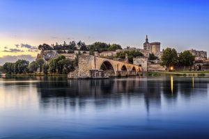 Avignon ist eine Stadt in der Provence, die am östlichen Ufer der Rhône liegt.