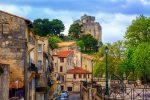 Beaucaire liegt an der östlichen Grenze des Départements Gard, am rechten Ufer der Rhône.