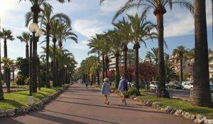 Die Promenade Croisette in Cannes ist weltberühmt und eine beliebte Attraktion für Touristen. Hier reiht sich ein Hotel an das andere.