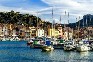 Die kleine Hafenstadt Cassis ist ein idyllisches Ziel an der französischen Mittelmeerküste.