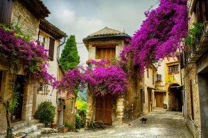 Natürlich kennen wir die Provence und die Côte d'Azur vor allem durch Marseille, Nizza und Co. Doch was diese Region ausmacht, sind ihre kleinen wunderschönen Dörfer.