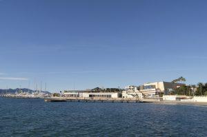 Das 'Palais des Festivals et des Congrès' vom Wasser aus.