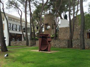 Die Fondation Maeght in Saint-Paul-de-Vence bei Nizza feiert mit einer Sonderausstellung ihren 50. Geburtstag. Foto: Wikipedia, 'Fondation Maeght 1' von Lexaxis7