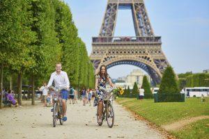 Immer wieder tauchen Umfragen auf, in denen Franzosen besondere Unfreundlichkeit bescheinigt wird. Doch das soll sich nun ändern - für den Tourismus.