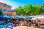 Die wunderschöne Stadt Fréjus liegt an der Mittelmeerküste.