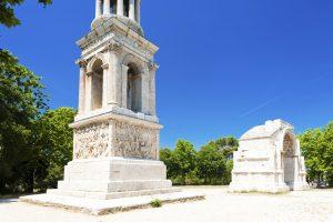 Das Mausoleum und der Triumphbogen sind zwei der Sehenswürdigkeiten in Glanum.
