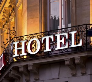 Ein großer Fortschritt für alle Hotels und für ihre Gäste: Frankreich verbietet Ratenparitätsklauseln in den Verträgen zwischen Hoteliers und Online-Buchungsportalen.