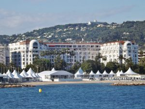 Hotel Majestic Barrière Cannes. Foto: By Florian Pépellin [CC BY-SA 3.0 (https://creativecommons.org/licenses/by-sa/3.0)], from Wikimedia Commons