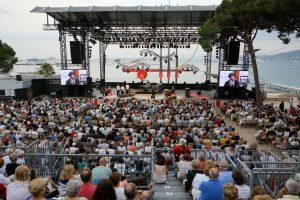 """Die Bühne des Jazzfestivals """"Jazz à Juan"""" in Juan-les-Pins ist zur Landseite ausgerichtet. Die Besucher blicken also auf das wunderschöne Mittelmeer."""