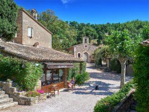 Ein Café, ganz für Johnny Depp allein. Doch damit ist nun Schluss. Der US-amerikanische Schauspieler verkauft sein Anwesen in der Provence. Foto: www.sothebysrealty.com