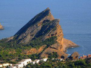 Die Stadt wird überragt vom Bec de l'Aigle, einem rötlichen Felsen (155 m).