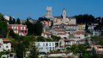 Das Tropaeum Alpium ragt aus der Skyline der Gemeinde La Turbie heraus.