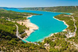 Der Lac de Sainte-Croix ist ein Stausee in der Provence.