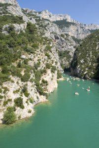 Dort wo die Verdonschluchten ihr Ende nehmen, im Lac de Sainte-Croix, ist das Bootfahren sehr beliebt.