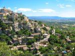 Gordes ist mit 2.000 Einwohnern schon fast eine Großstadt inmitten des Luberons, der viele kleine Gemeinden beherbergt.