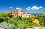 Roussillon fasst knapp über 1.300 Einwohner und liegt am Fuße des Luberon-Massivs.