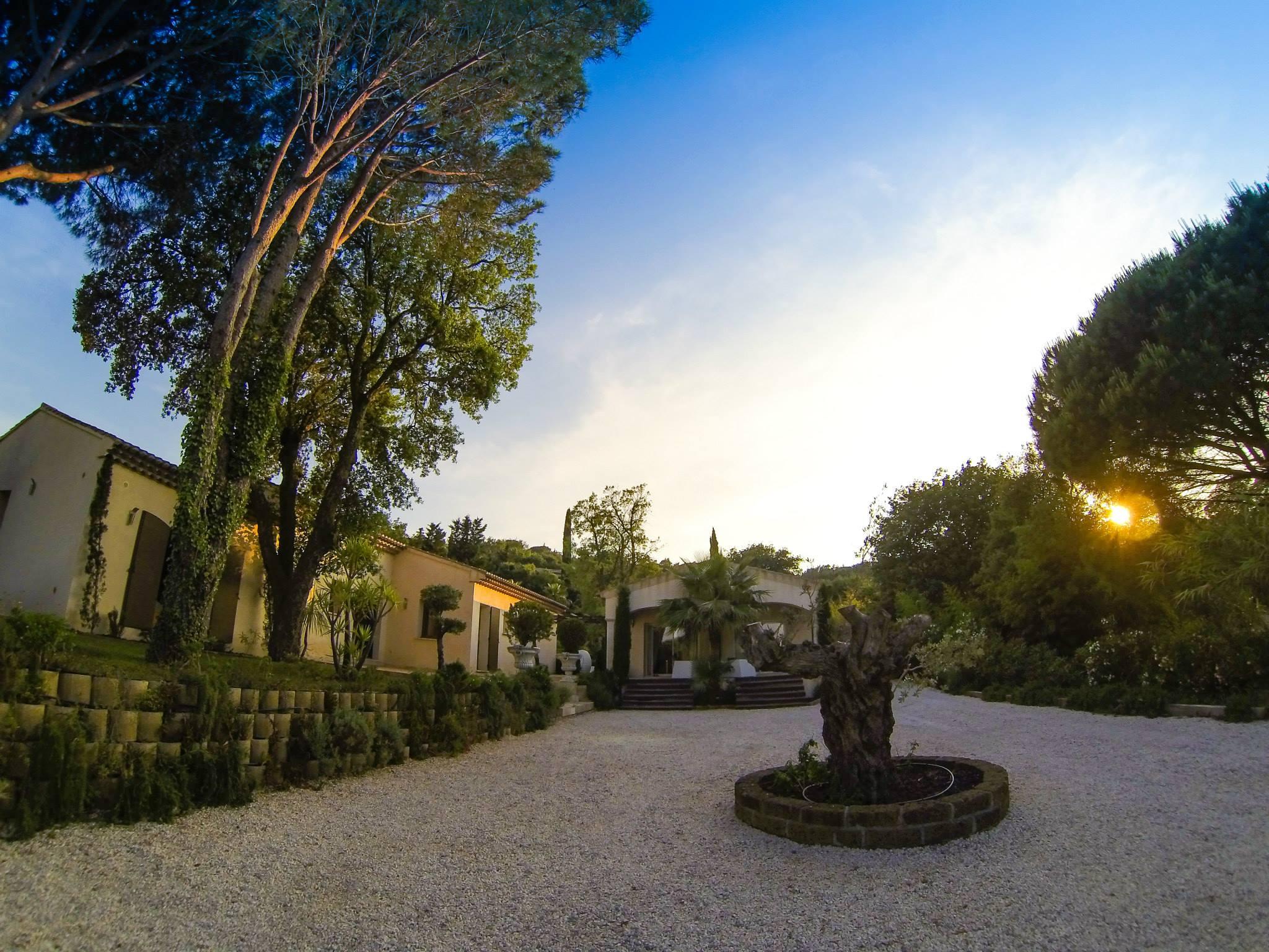 die geissens eroffnen luxus hotel in der provence With markise balkon mit tapete roberto geissini