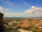 Die Aussicht auf Marignane zeigt die idyllische Schönheit der kleinen Stadt.