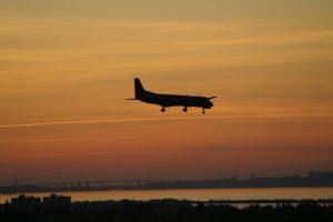 Tieffliegendes Flugzeug im Landeanflug auf den Flughafen Marseille Provence.
