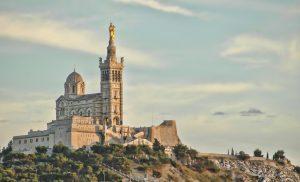 Notre-Dame de la Garde befindet sich auf einem 147 Meter hohen Kalkfelsen.