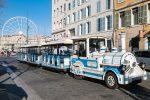 Der Petit Train ist ein Bummelzug in der französischen Hafenstadt.