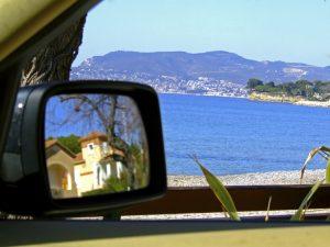Einer der schönsten Mietwagen-Momente: Autofahrt entlang des Mittelmeeres.