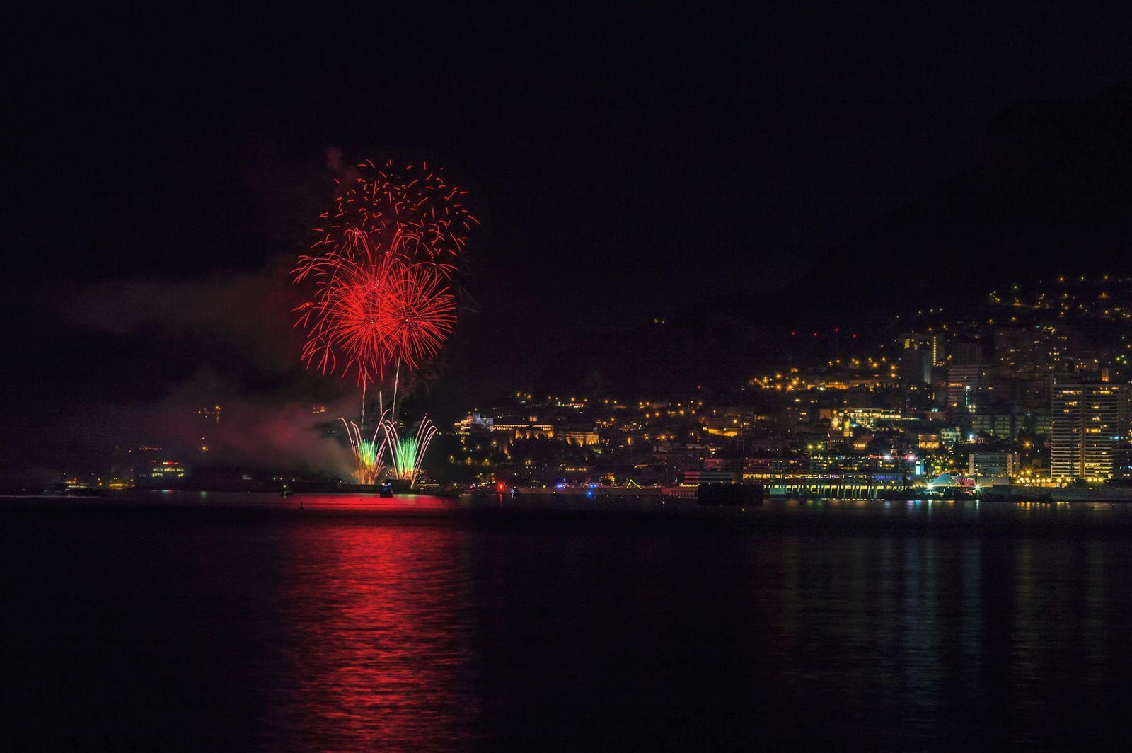"""Im Rahmen des Feuerwerkwettbewerbes """"Art en Ciel"""" erstrahlt der Himmel von Monaco."""