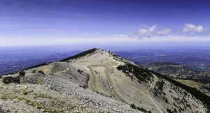 Der Mont Ventoux ist ein 1909 m hoher Berg in der französischen Provence.