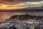 Der Hafen von Nizza in der Abenddämmerung.