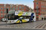 In Nizza stehen viele Hop-on-Hop-Off-Busse bereit.