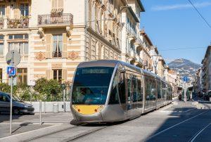 Im Internet können die Bewohner der Stadt derzeit über die Farbe der neuen Straßenbahn-Linie in Nizza abstimmen.