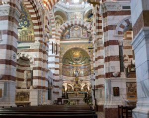Mosaik und Marmor schmücken das Innere der Kirche.
