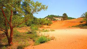 Rustrel ist dank seiner Ockerfelsen ein sehr bekanntes Dorf in der Provence.