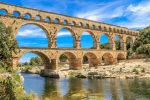 Der Pont du Gard ist ein römisches Aquädukt und wurde früher zur Wasserversorgung der Stadt Nîmes benutzt.