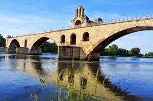 Der Pont Saint-Bénézet ist eine Brücke in Avignon, die nach dem heiligen Bénézet benannt ist.