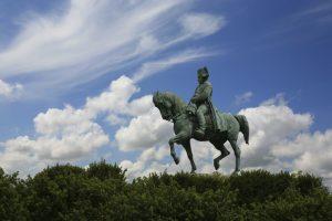 An der Prairie de la Rencontre vor Laffrey ragt eine Reiterstatue Napoléons hervor.