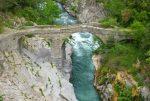 Diese Brücke, die sich zugegebenermaßen nicht in Bestform präsentiert, führt im italienischen Fanghetto über die Roya.