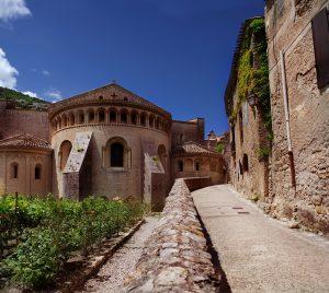 Die schöne Kirche ist eine der Sehenswürdigkeiten in Saint-Guilhem-le-Désert.