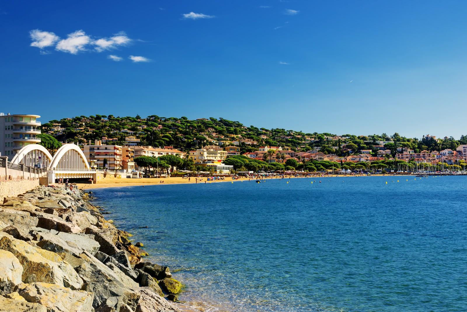 Sainte-Maxime liegt an der Côte d'Azur.