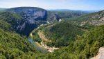 Die Schluchten der Ardèche (Gorges de l'Ardèche) liegen zwischen Vallon-Pont-d'Arc und Saint-Martin-d'Ardèche.
