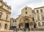 Die Kathedrale St-Trophime ist eine römisch-katholische Kirche in Arles.