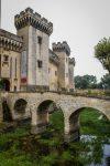 Eine Brücke führt über den fischreichen Burggraben des Schlosses.