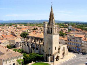 Die Kirche Sainte-Marthe wurde Ende des 12. Jahrhunderts errichtet und ist seit 1840 ein geschütztes Kulturdenkmal.