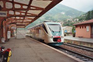 Triebwagen der Italienischen Staatsbahn im Bahnhof von Breil-sur-Roya. Foto: By Markus Schweiss [CC BY-SA 3.0], via Wikimedia Commons